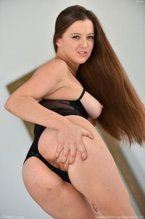 amateur milf fat white ass spreading
