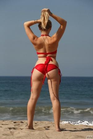 Amateur White Teen Twerks in a String Bikini
