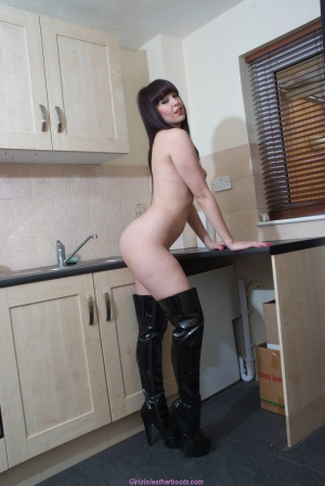 Jiggly Cellulite Ass Twerking in Latex Boots