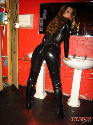 Bubble Ass Cougar Twerking in Latex Boots