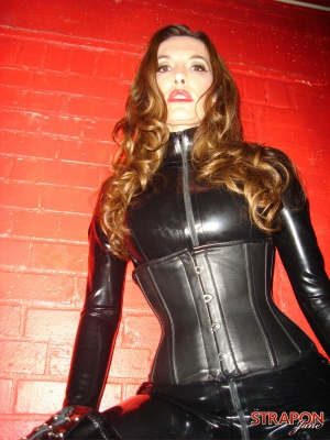 Curvy Latex Booty in a Shiny Black Catsuit