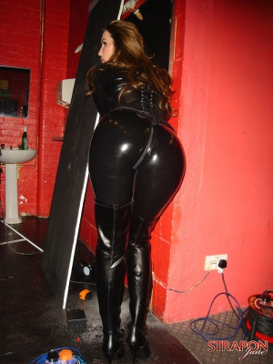 Huge Ass Cougar Twerking in Tight Latex Leggings