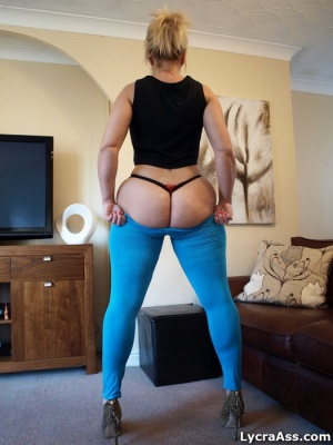 Big Cellulite Ass Shaking in Tight Spandex Leggings