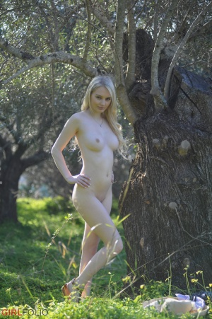 Nude Amateur Teen with a Shaved Pussy