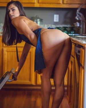 Huge Ass MILF Twerking