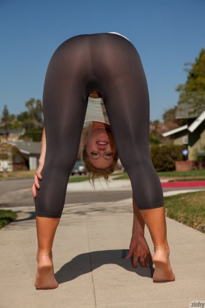 Thick Whooty Shaking in Spandex Yoga Pants